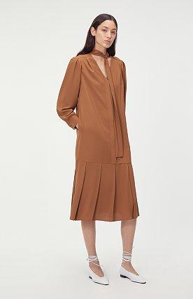 TIE-NECK PLEATED DRESS (CAMEL)