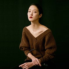 V-NECK CABLE KNIT WOOL SWEATER (BROWN)
